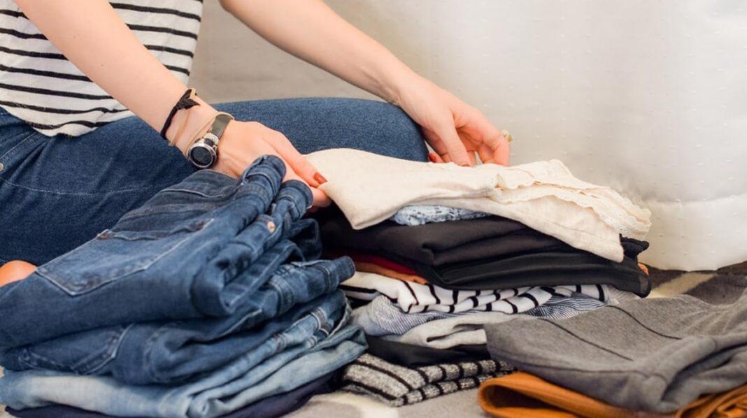 Femme qui plie des vêtements