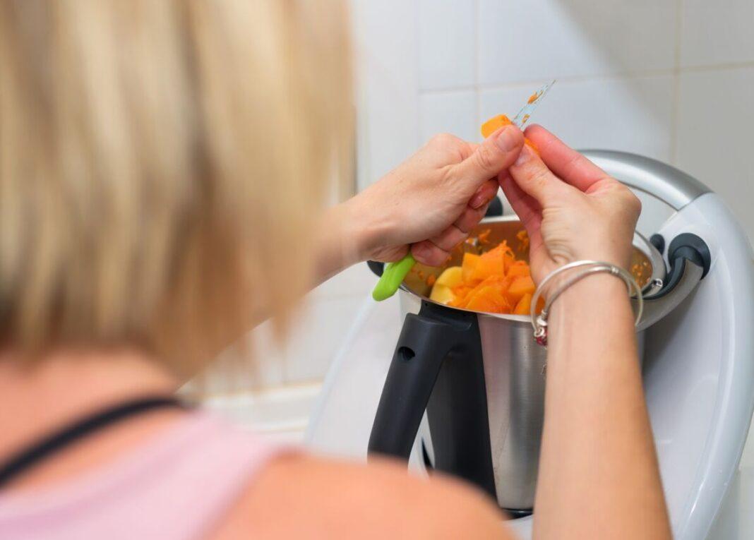 Femme cuisinant avec un thermomix