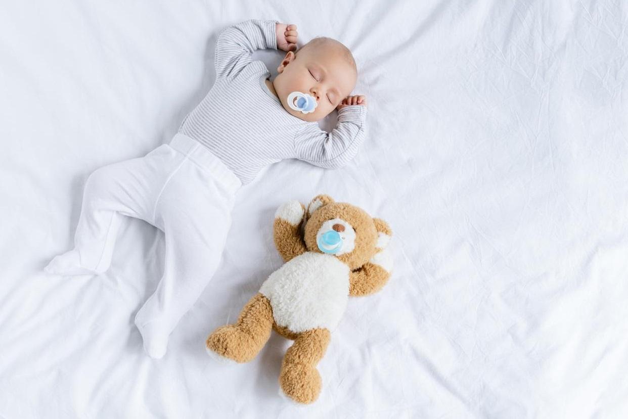 Bébé avec un doudou