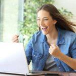 Femme très heureuse devant son pc portable