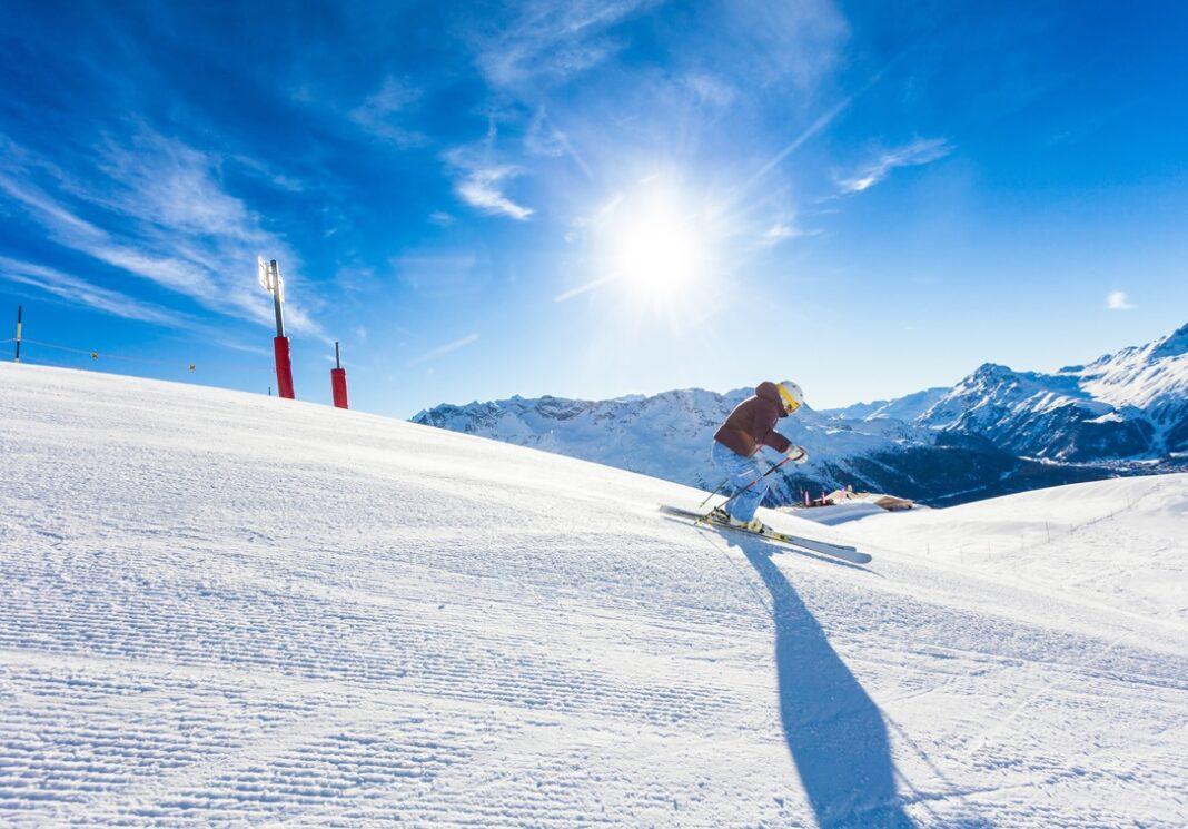 Une personne qui ski