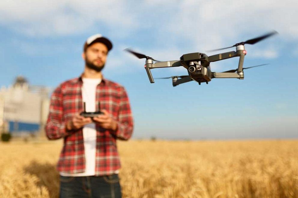 Homme qui fait voler un drone